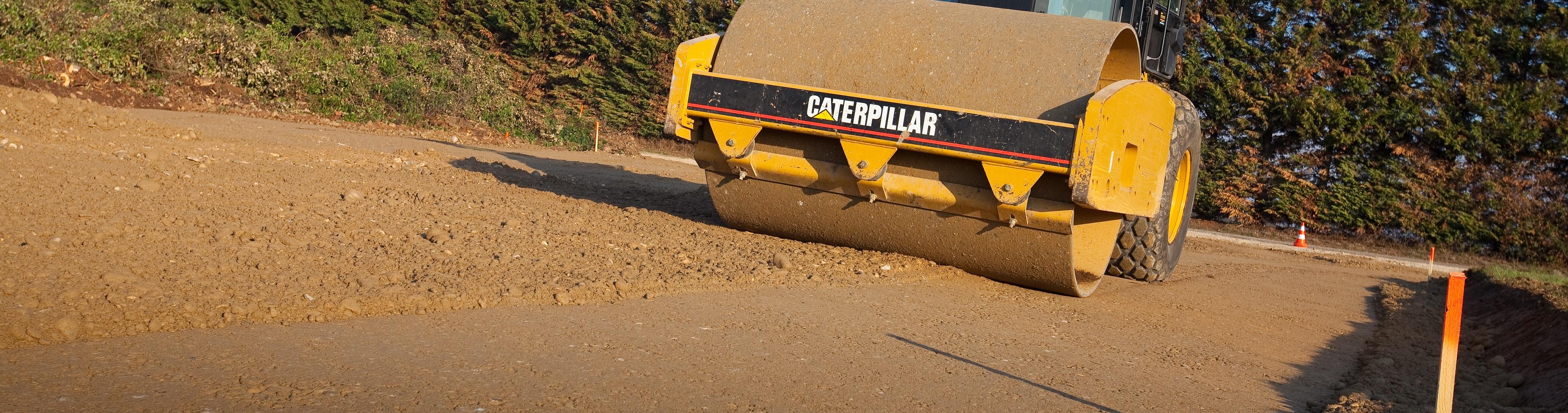 Compacteur de terrassement Caterpillar CS533, V3, utilisé pour le compactage des plates-forme batiments et voiries.