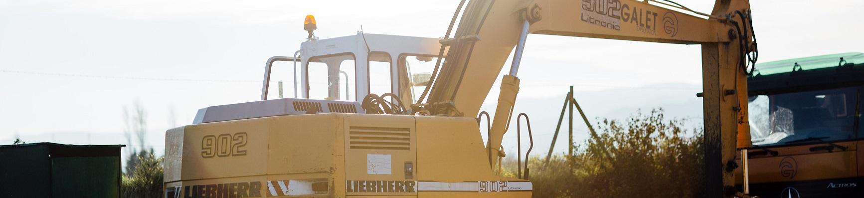 Pelle sur pneus Liebherr 902 Litronic, utilisé pour les chantiers de terrassement et  les démolitions.